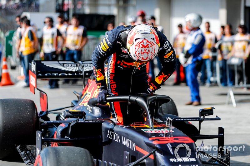 Il poleman Max Verstappen, Red Bull Racing, festeggia nel parco chiuso