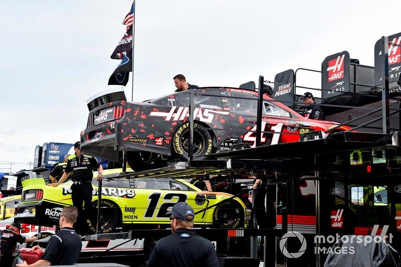 Ryan Blaney, Team Penske, Ford Mustang Menards/Richmond, Daniel Suarez, Stewart-Haas Racing, Ford Mustang Haas Automation