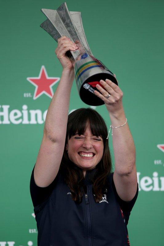 Hannah Schmitz, engenheira de estratégias da Red Bull com o troféu de equipe vencedora no GP do Brasil 2019