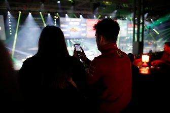 Charles Leclerc si diverte al Live Action Arena