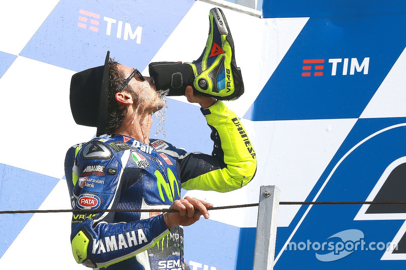 Valentino Rossi se marca un 'shoey' ante su afición en Misano