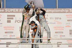 Podium: race winner Yuji Kunimoto, Cerumo Inging, second place Kazuki Nakajima, Team Tom's, third place Hiroaki Ishiura, Cerumo Inging