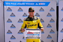 Ganador de la pole Carl Edwards, Joe Gibbs Racing Toyota