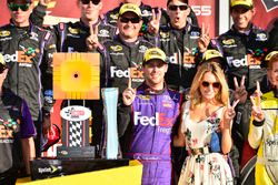 Sieger Denny Hamlin, Joe Gibbs Racing, Toyota, mit Freundin Jordan Fish