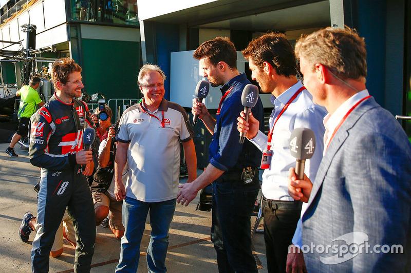 Sexto puesto Romain Grosjean, Haas F1 Team con Gene Haas, Haas Presidente de automoción; Steve Jones, Canal F1 4 presentador Mark Webber piloto de Porsche equipo WEC y presentador de canal 4, David Coulthard, Red Bull Racing, Scuderia Toro asesor y comenta