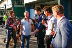 Sexto puesto Romain Grosjean, Haas F1 Team con Gene Haas, Haas Presidente de automoción; Steve Jones