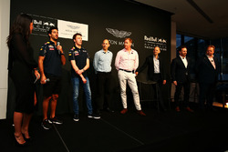 Daniel Ricciardo et Daniil Kvyat, Red Bull Racing avec Ian Minards, directeur du développement produit d'Aston Martin, Marek Reichman, directeur de la création et du design d'Aston Martin, Adrian Newey, directeur technique Red Bull Racing, Christian Horner, team principal Red Bull Racing et Andy Palmer, PDG d'Aston Martin