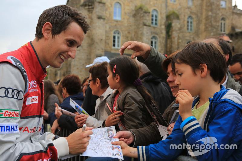 #8 Audi Sport Team Joest Audi R18: Oliver Jarvis firma de autógrafos para los fans