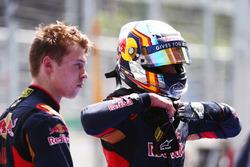 (De g. à d.) : Daniil Kvyat, Scuderia Toro Rosso, avec son équipier Carlos Sainz Jr., Scuderia Toro Rosso