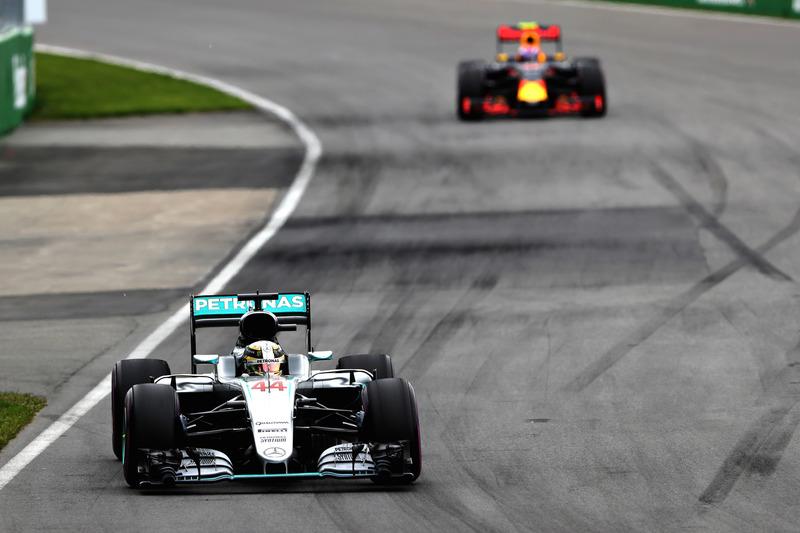 Lewis Hamilton, Mercedes AMG F1 W07 lidera a Max Verstappen, Red Bull Racing RB12