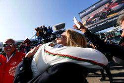 Yarış galibi Lance Stroll, Prema Powerteam Dallara F312 - Mercedes-Benz ve annesi