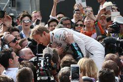 Le vainqueur Nico Rosberg, Mercedes AMG F1 Team dans le Parc Fermé