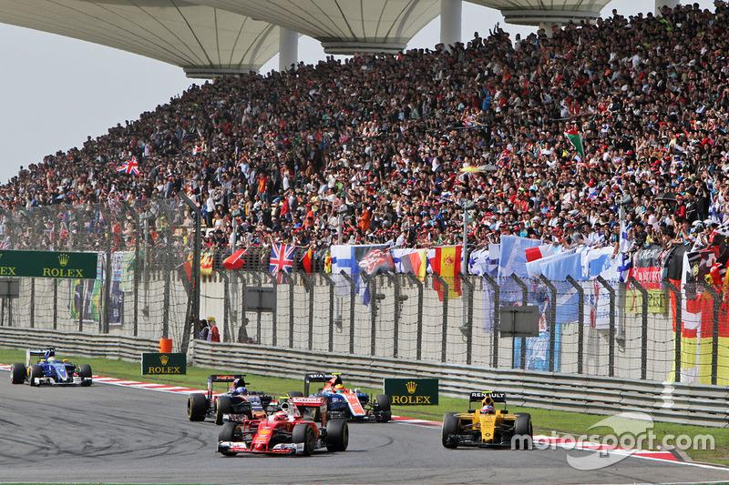 Kimi Raikkonen, Ferrari SF16-H and Jolyon Palmer, Renault Sport F1 Team RS16 battle for position