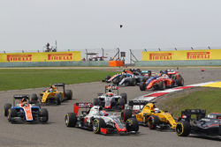 Romain Grosjean, Haas F1 Team VF-16 at the start of the race as Lewis Hamilton (GBR) Mercedes AMG F1