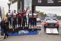 Podium: 1. Hayden Paddon, John Kennard, Hyundai Motorsport; 2. Sébastien Ogier, Julien Ingrassia, Vo