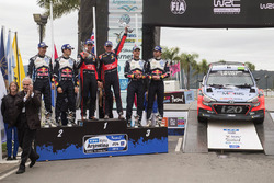 Podium : les vainqueurs Hayden Paddon et John Kennard, Hyundai Motorsport, les Sébastien Ogier et Julien Ingrassia, Volkswagen Motorsport, les 3e Andreas Mikkelsen et Anders Jæger, Volkswagen Motorsport