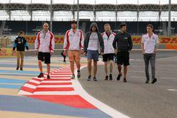 Pepe Oriola, Sergey Afanasyev e Pepe Oriola, walking on track with the team
