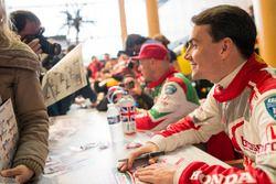 Norbert Michelisz, Honda Racing Team JAS, Honda Civic WTCC schreibt Autogramme