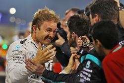 Le vainqueur Nico Rosberg, Mercedes AMG F1fête sa victoire au parc fermé