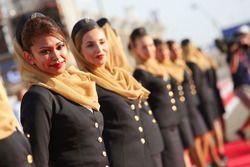 Chicas de la parrilla en el desfile de pilotos
