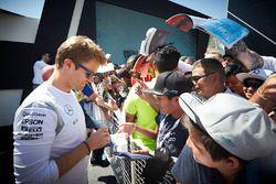 Nico Rosberg, Mercedes AMG F1 Team signe des autographes pour les fans