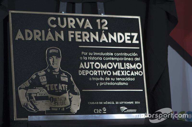 Adrián Fernández con su placa conmemorativa Curva 12 que llevara su nombre en el AUtódromo Hermanos Rodrígiuez