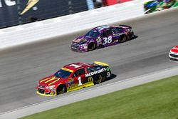 Jamie McMurray, Chip Ganassi Racing Chevrolet, Landon Cassill, Front Row Motorsports Ford