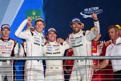 Podium: Sieger Timo Bernhard, Mark Webber, Brendon Hartley, Porsche Team
