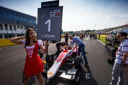 Gridgirl voor Charles Leclerc, ART Grand Prix