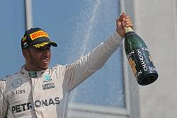 Podio: ganador Lewis Hamilton, Mercedes AMG F1 Team celebra en el podio