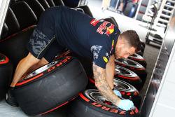 Red Bull Racing mechanic with Pirelli tyres