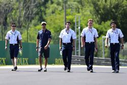 Felipe Nasr, Sauber F1 Team camina por el circuito con el equipo