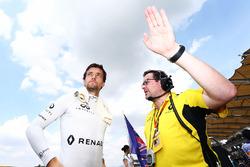 Jolyon Palmer, Renault Sport F1 Team on the grid with Julien Simon-Chautemps, Renault Sport F1 Team Race Engineer