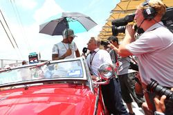 Lewis Hamilton, Mercedes AMG F1 con Johnny Herbert, Sky Sports F1 Presentador en el desfile de pilot