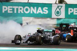 Nico Rosberg, Mercedes AMG F1, W07 Hybrid, Kollision nach dem Start
