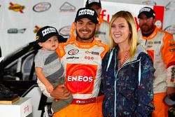 Sieger Kyle Larson mit Freundin Katelyn Sweet und Sohn Owen
