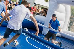 Sébastien Ogier, Jari-Matti Latvala, Volkswagen Motorsport speelt tafelvoetbal op ware grootte