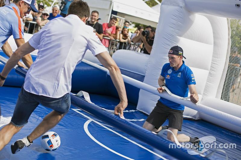 Sébastien Ogier, Jari-Matti Latvala, Volkswagen Motorsport, juegan futbolín
