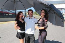 Luca Raggi con le grid girl