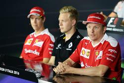 Sebastian Vettel, Ferrari; Kevin Magnussen, Renault Sport F1 Team; Kimi Räikkönen, Ferrari