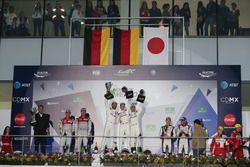 Подиум: #1 Porsche Team Porsche 919 Hybrid: Тимо Бернхард, Марк Уэббер и Брендон Хартли (победители