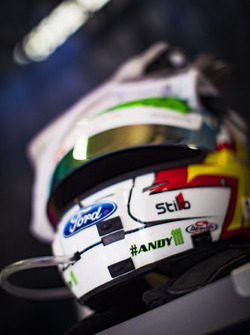 Casco y guantes de #67 Ford Chip Ganassi Racing Team UK Ford GT: Andy Priaulx