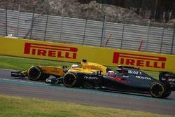Kevin Magnussen, Renault Sport F1 Team R.S.16 et Jenson Button, McLaren Honda F1 Team MP4-31