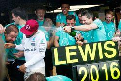 Le vainqueur Lewis Hamilton, Mercedes AMG F1 fête la victoire avec son équipe