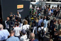 Mario Isola, manager Pirelli avec la voiture Pirelli