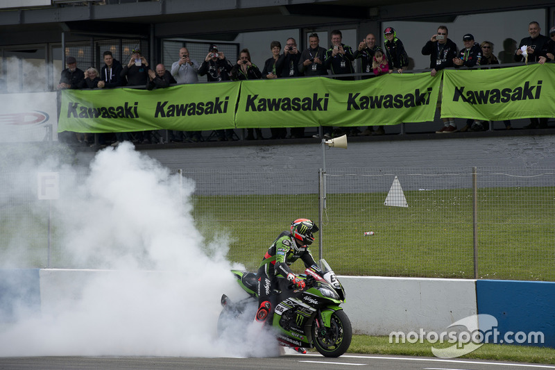 Tom Sykes, Kawasaki Racing Team, festeggia la vittoria in Gara 2