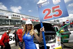 Grid girl de Mehdi Bennani, Sébastien Loeb Racing, Citroën C-Elysée WTCC