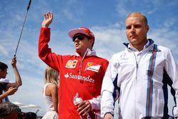 Kimi Raikkonen, Ferrari y Valtteri Bottas, Williams en el desfile de pilotos