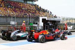 Daniil Kvyat, Red Bull Racing RB12 y Nico Rosberg, Mercedes AMG F1 W07 Hybrid en los pits