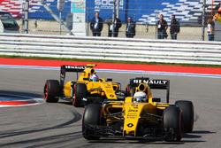 Kevin Magnussen, Renault Sport F1 Team RS16 devant son équipier Jolyon Palmer, Renault Sport F1 Team RS16